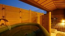 露天風呂付スイート和洋室~温泉街一望のパノラマビュー 室内の明かりが漏れて幻想的な雰囲気に。