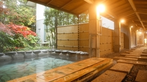 露天風呂は大浴場から続く通路で行くことができます。