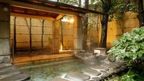 四季の草花に囲まれた開放的な岩風呂。