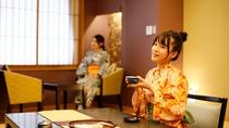 風雅な和モダンデラックス客室<市松ーICHIMATSU>イスやクッションは赤に合う色を選びました。