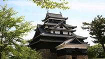 【松江城】  国宝★日本に現存する12の天守の内の一つ。当館から車で20分。