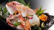 【お造り:日本海鮮魚5種盛り】  その日にとれた新鮮な魚介類を豪華姿盛りにします。