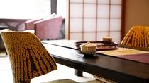出雲コンセプト和室<華雲ーKAUN>テーブル、チェアは部屋の雰囲気に調和する色柄を選びました