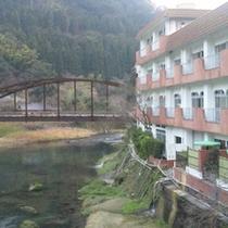 天降川を挟んで妙見ホテルと妙見館があります