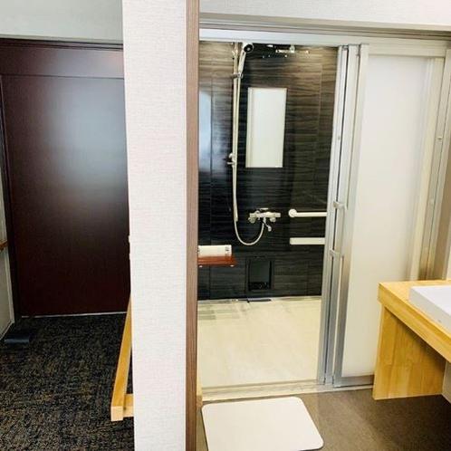 【洋室バリアフリー3F】浴室は清潔に保たれており、手すりもございます。