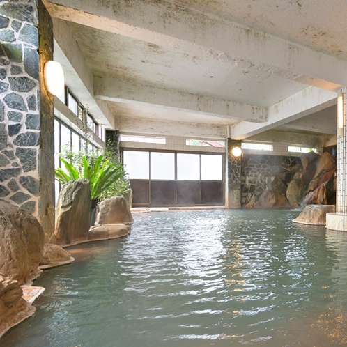 【岩風呂】妙見温泉でも浴槽が一番大きい当館自慢の岩風呂です!妙見の湯を全身でお楽しみいただけます。