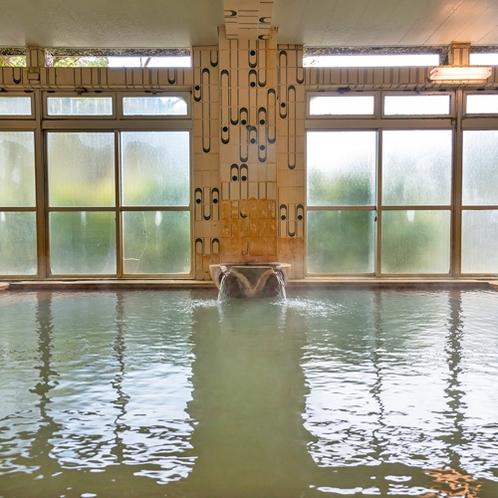 【大浴場】広々とした浴槽と窓で開放感◎。24hいつでも入れます♪