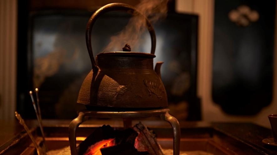 はぜる炭の音に耳を傾けながら、ゆったりと休む。