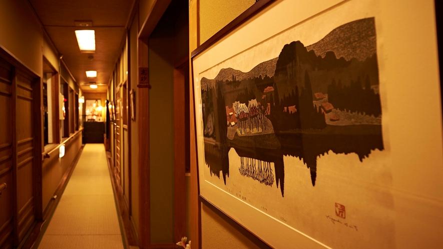 廊下にも、歴史を感じる美しい作品がずらり。