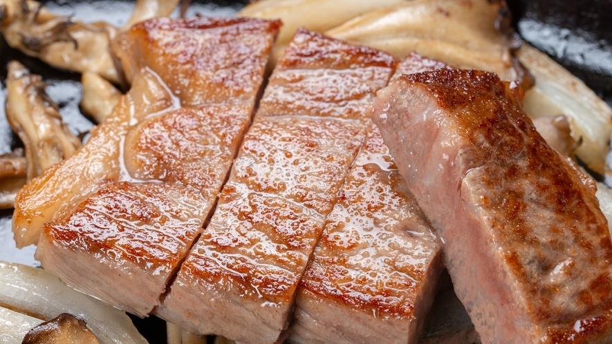 *夕食一例/分厚くカットされ、口の中で肉汁があふれ出す最上級ランクのお肉を是非ご賞味ください。