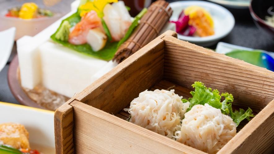 *夕食一例/厳選された旬の食材を使った当館自慢のお料理をお楽しみください。