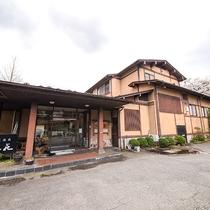 *外観/雄大な阿賀野川と菅名岳の麓に佇む純和風の落ち着いた雰囲気の宿。