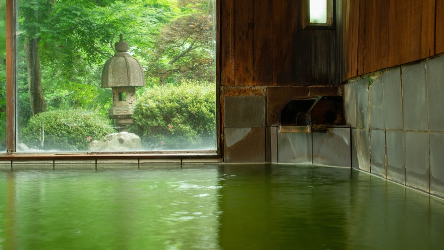 *色づく素晴らしい泉質の温泉でごゆっくりお過ごしくださいませ。