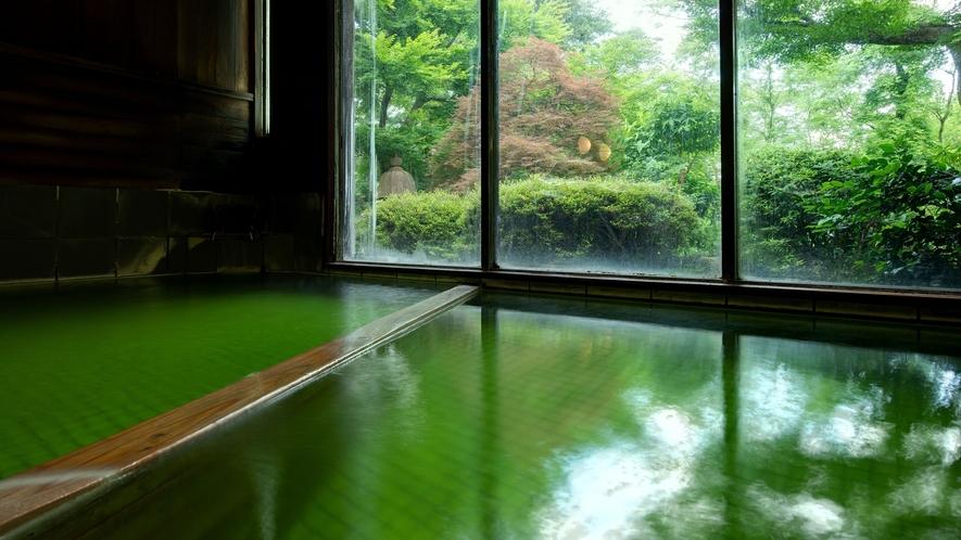 *大浴場/美しいエメラルドグリーンのお湯。しっとりとした泉質で体の芯から温めてくれます。