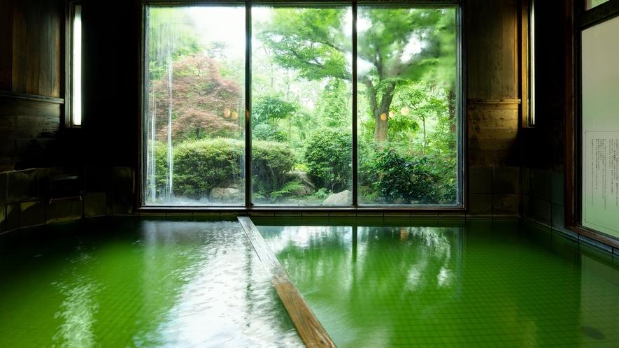 *大浴場/珍しい緑色の温泉。お肌に優しくて、お子様も安心してご入浴いただけます。