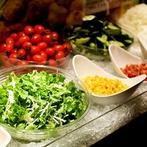 【朝食バイキング】地元の有機野菜サラダ