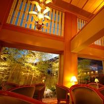 """入り口をくぐれば、桜色の""""優しい空間""""がお出迎え。"""