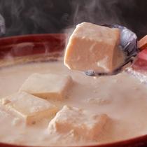 宿泊者絶賛の「醤豆腐鍋」(一例)