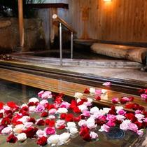 【花すみか/女性露天風呂】バラの花が浮かぶ露天風呂(はな露天)夜一例