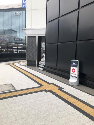 ビックカメラ正面横 広島市駅前通り南エレベーター前 ホテル矢印看板