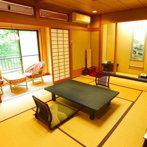 ■本館川側和室■ミニテラスのあるお部屋、四万川に面した寛ぎの和室です。