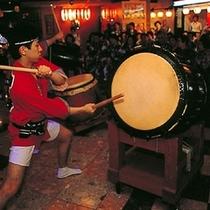 【太鼓ショー】太鼓のリズミカルな音と雰囲気をお楽しみください。