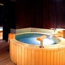 【源泉かけ流し 露天風呂付客室】洗面スペースから内湯、露天風呂へ。