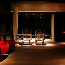 【月見台ラウンジ】フリースペースの月見台ラウンジは、椅子、ソファーがある寛ぎの空間。
