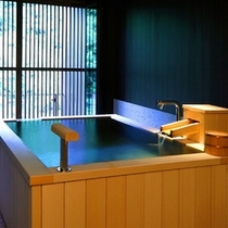 【源泉かけ流し 露天風呂付客室】眺めのいい最上階のお部屋。気兼ねなく温泉を楽しんでいただけます。
