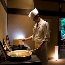 【『谷の茶屋』かまど料理】オープンキッチンで料理を「かまど」での調理の様子も愉しんでいただけます。