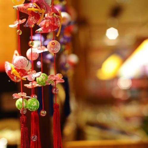 ■吊るし雛■一つ一つ手作りの吊るし雛、ロビーを華やかに彩ります。