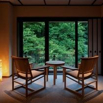 【源泉かけ流し 露天風呂付客室】ゆったりくつろげる広縁は窓が大きく、四季を存分に楽しめる眺め。