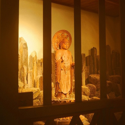 ■薬師の湯■温泉そのものが尊い神仏のように思え、檜大浴場には温泉薬師様をおまつりしております。