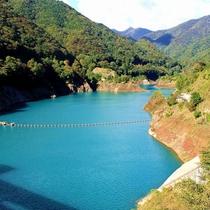 【奥四万ダム】湖の周りは広葉樹林が広がり、新緑や紅葉の季節は美しい景色が広がる。車で一周できます。