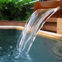 【源泉かけ流し】四万は豊富な湯量と、四万(よんまん)もの病に効く湯治場として栄えてきました。