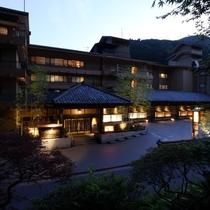 ■外観■四万やまぐち館は、7階建ての落ち着いた趣の旅館です。