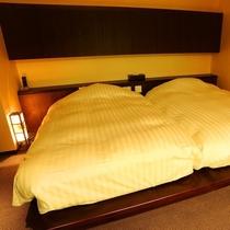 ■源泉掛け流し露天風呂付き客室■最上階の眺めの良い、ツインベッドルームと和室が仕切られたお部屋。