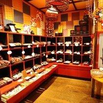 ■売店『延喜屋』■温泉基礎化粧品や地酒、おみやげ、おもちゃ等をご用意しております。