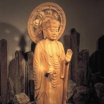 【薬師の湯】温泉そのものが尊い神仏のように思え、檜大浴場には温泉薬師様をおまつりしております。