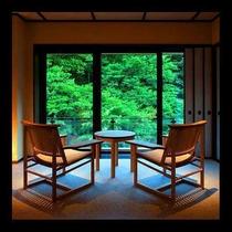 ■源泉掛け流し露天風呂付き客室■ゆったり寛ぐ広縁は窓が大きく、四季を存分に楽しめる眺め。