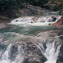 【甌穴(おうけつ)】県指定天然記念物。長い年月をかけて自然が作り上げた甌穴。