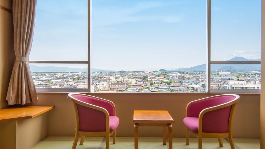 【スタンダード】本館10~12.5畳(一例)。北側客室からは、天童・東根とつながる街並を一望!