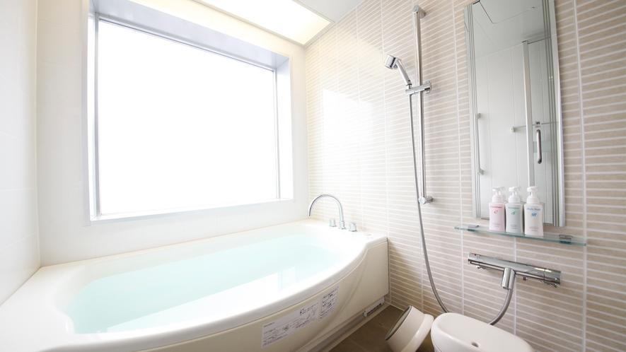 【デラックス】展望風呂付き和洋室(一例)。半曇り硝子のバスルーム
