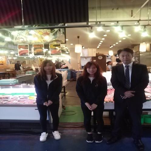 日本海さかな街 支配人が行ってきました お店の方とパチリ