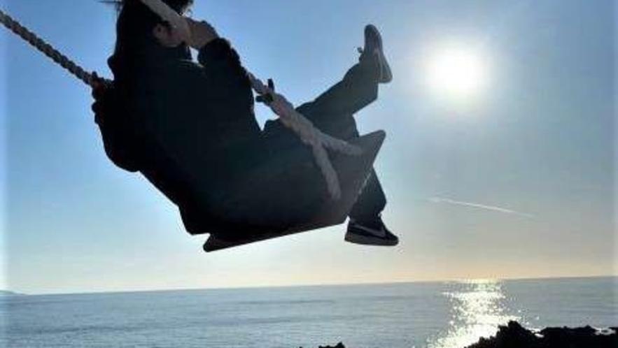 空に向かって漕ぎ出すブランコ