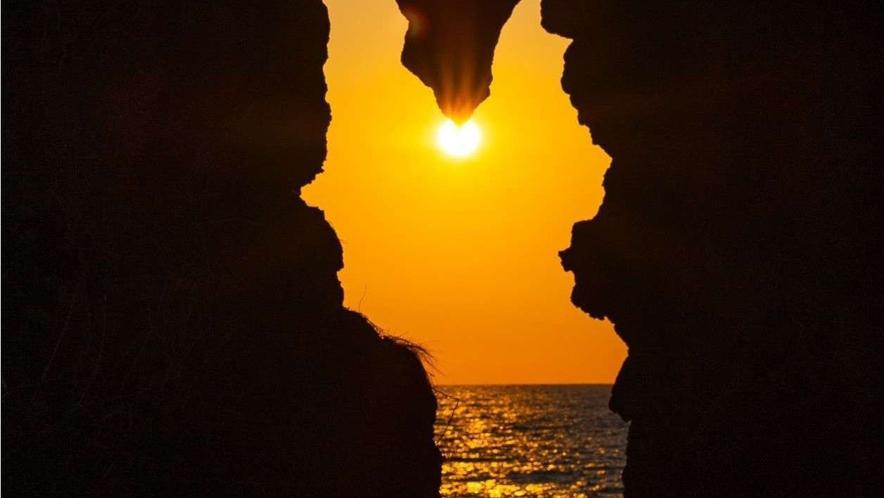 弁慶のはさみ岩 夕日 「落ちない」奇跡の岩から、美しい夕陽が沈む光景を見ることができます。車で約9分