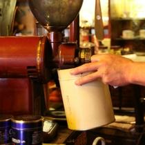 擂りたてのコーヒー豆