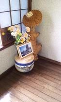 「小袖海岸かぶと岩」とお花でお出迎え