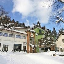 *外観/真っ白な雪景色に包まれる冬。白馬岩岳スノーフィールドまで徒歩7分!