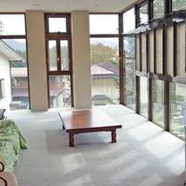 *館内リビング/大きな窓からは春は新緑、冬は雪景色をご覧頂けますよ。